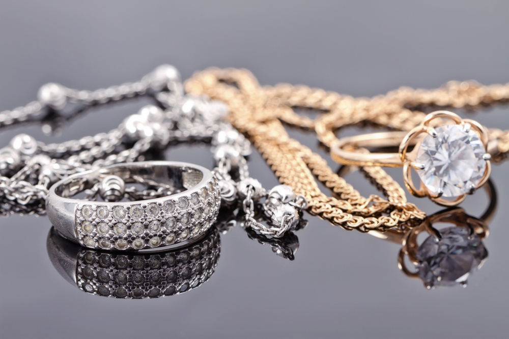 WHAT ARE THE DIFFERENCES BETWEEN GOLD OR SILVER JEWELRY?